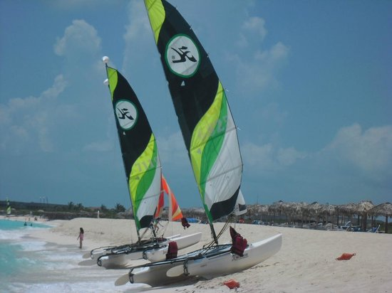 Melia Cayo Santa Maria: Sailing boats on the beach