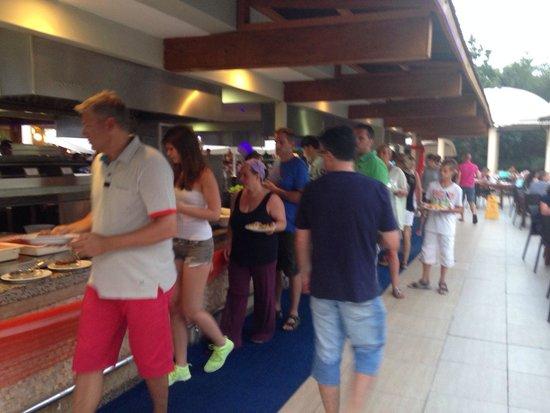 TUI MAGIC LIFE Waterworld: Massenandrang beim Abendessen, leider mit extremen Wartezeiten verbunden