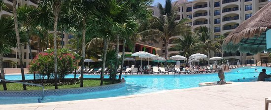 The Royal Islander All Suites Resort: hotel pool area