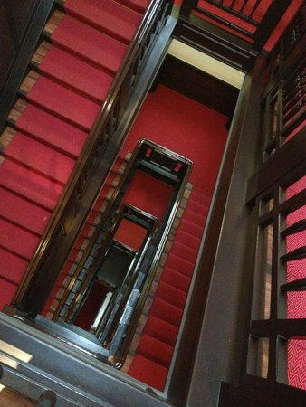 Augusta Hotel: старый лестничный холл