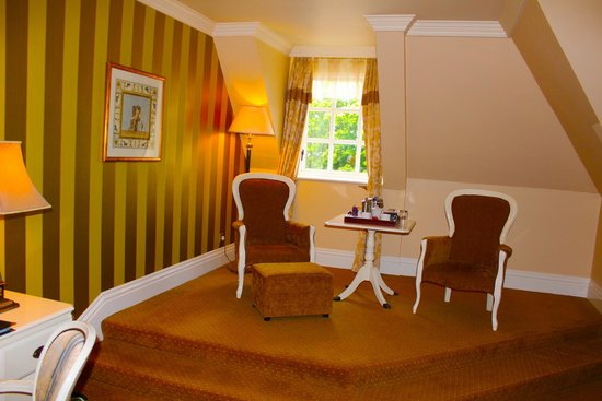 Hayfield Manor Hotel: Elevated sitting area in our room