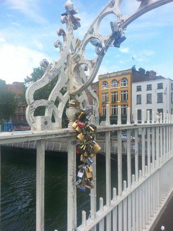 Puente Halfpenny Bridge: Padlocks of young love. - lucyclaire