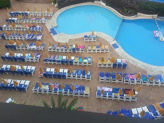 Spring Hotel Bitacora: Sunbed situation at 6:50am