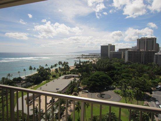 Outrigger Reef Waikiki Beach Resort: 海もばっちりです。