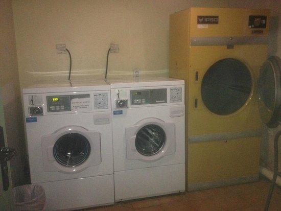 La Bastide du Roy Rene: Комната со стиральной и сушильной машинами