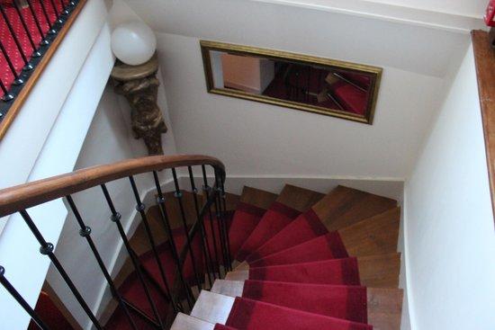 Hotel le Clos d'Amboise : Escadas, mas tem pequeno elevador disponível