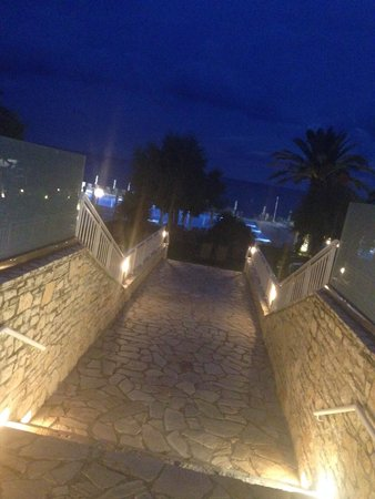 lti Louis Grand Hotel: Walking to the pool at night
