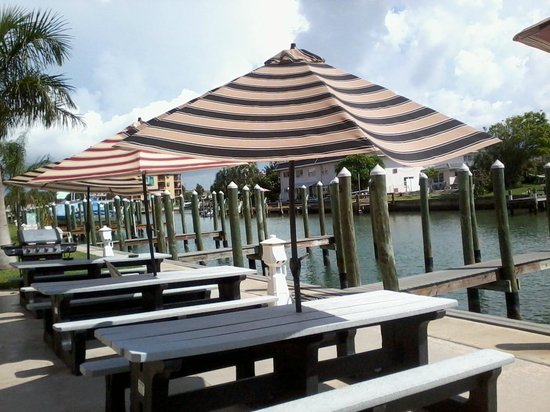 The Bayside Inn & Marina: Overlooking the Bay from the dock