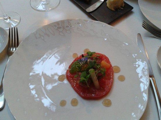 Le Restaurant : En entrée tomate de collection et de minuscules morceaux de poulpes