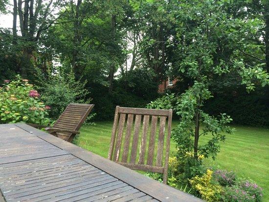 Cliff Lawn Hotel : Front garden