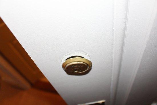 Barry's Hotel: Verrou de la porte d'entrée : Sécurité Zéro !