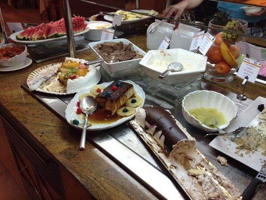 Universal Hotel Perla: 5 foto cena- postres ( tartas variadas, flan, fruta)