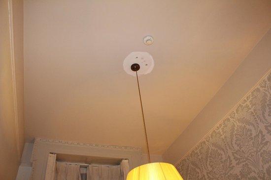 Barry's Hotel : Plafont de la chambre pas complètement peint !