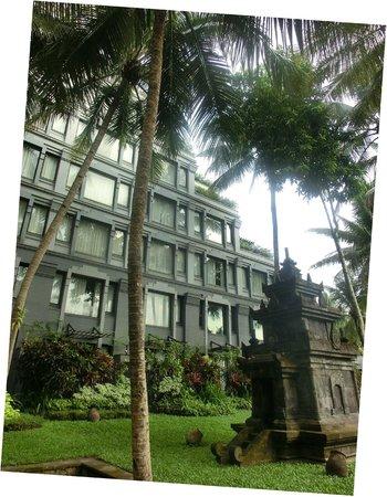 Hyatt Regency Yogyakarta: ボルブドールをイメージした外観です。