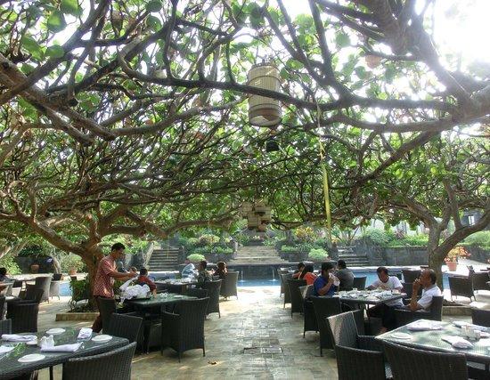 Hyatt Regency Yogyakarta: 朝食レストランは庭にも続いています。