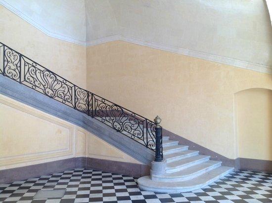 InterContinental Marseille - Hotel Dieu : courtyard staircase