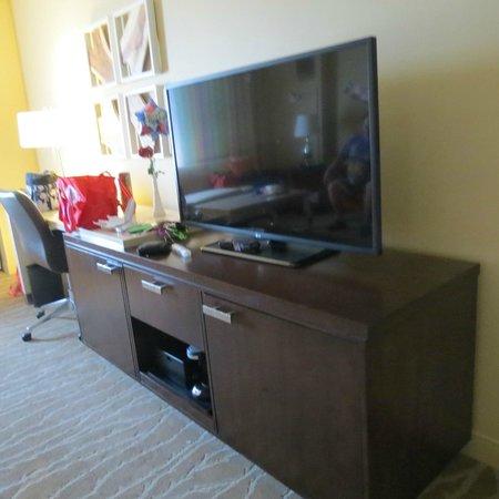 Renaissance Orlando at SeaWorld : tv/storage/refrig