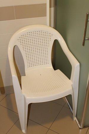 Tiziano Hotel: Chambre 106 - Chaise de douche handi