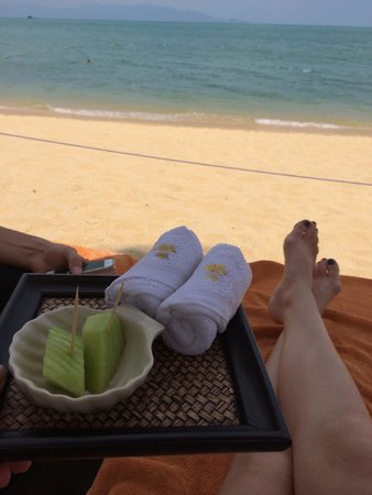 Bo Phut Resort & Spa: Cold towels and fruit on the beach