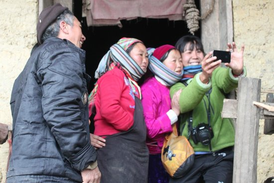 Zoom Zoom Let's Go to the Countryside - Day Tours: Selfies reach Ha Giang. They were so interested in how the phone worked