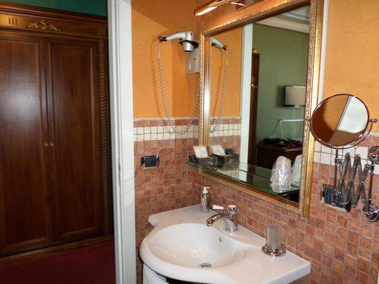 Hotel Royal: bathroom