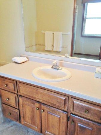 Bridgeport Resort: Clean bath