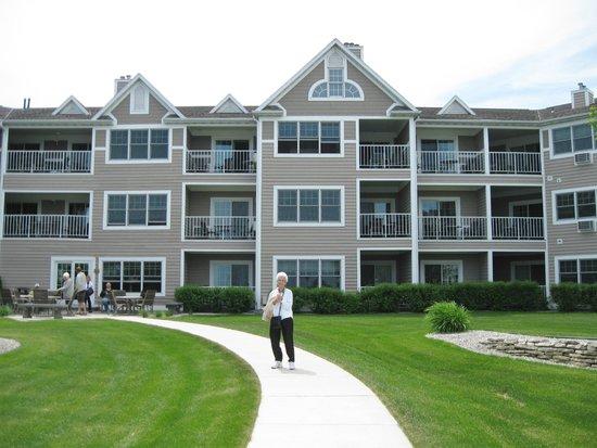 Bridgeport Resort: Back view of hotel