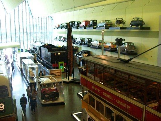 The Riverside Museum of Transport and Travel: mira  esa coleccion de autitos,  son reales , tamaño real