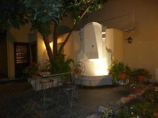 Hotel del Antiguo Convento: Patio camino a la piscina