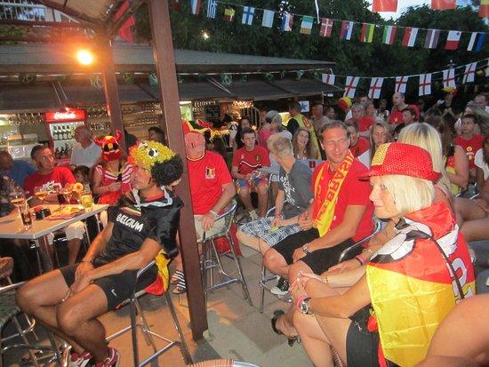 Domaine de la Bergerie: bar terrasse de la Bergerie (match Belgique USA)