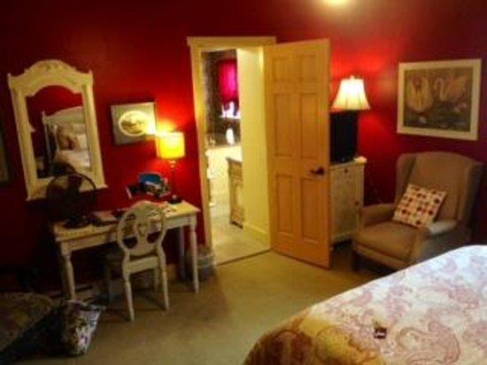 Zuber's Homestead Hotel: Bedroom looking into bathroom