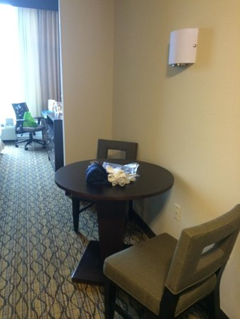 Holiday Inn Express Hotel & Suites Auburn: Dining table