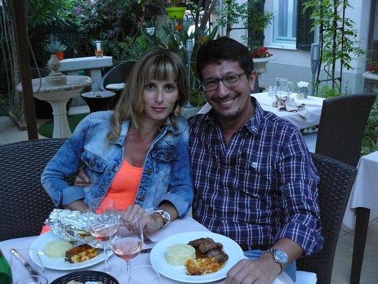 Hotel Chalet de l'Isere: cena in giardino