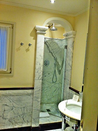 Santa Maria Novella Hotel: Great shower and toiletries