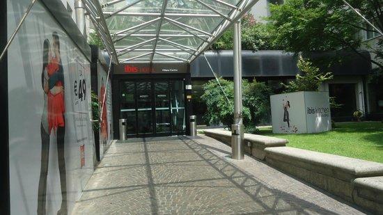 Ibis Milano Centro : Entrada al hotel