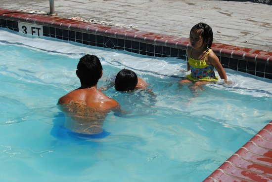 Lighthouse Inn at Aransas Bay: Shallow enough pool for the young ones