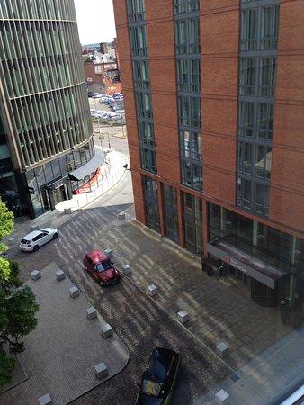 Hilton Garden Inn Birmingham Brindleyplace : View from room 633, drop off point below