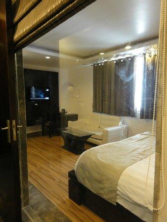 Hotel Elegance : vista de la habitación desde el baño