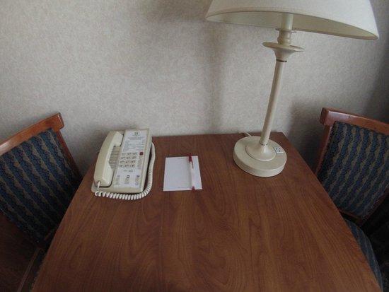 Ramada Kent Seattle Area: table with holiday Inn telephone