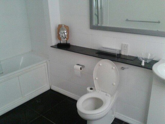 Caledonian Hotel Newcastle: Bathroom in Jesmond Suite.