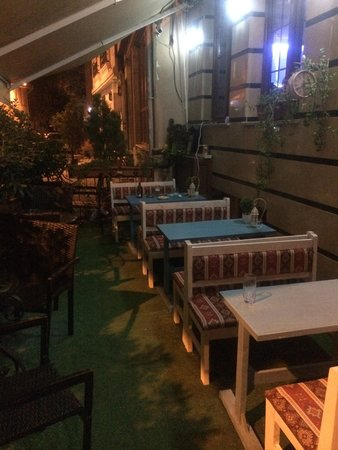 Blue Istanbul Hotel: Столики во дворе