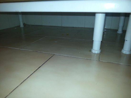 Sol Jandia Mar Aparthotel: Debajo de los muebles  de cocina