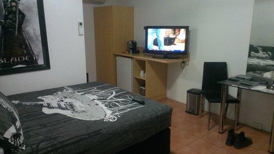 Halls Creek Motel: room and facilities