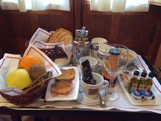 Hotel La Llave de la Jurderia: ボリュームたっぷりな朝食