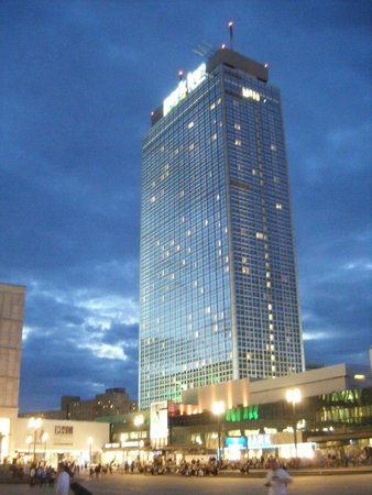 Park Inn by Radisson Berlin Alexanderplatz: L'hotel visto da Alexanderplatz