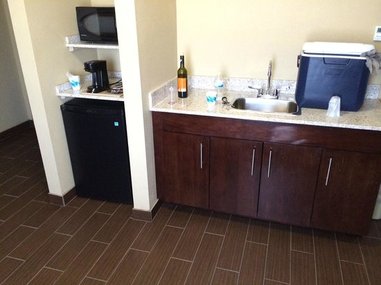 Comfort Inn & Suites Artesia: Wetbar in room