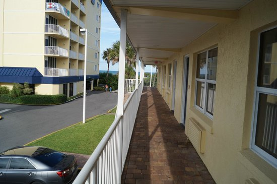 BEST WESTERN Cocoa Beach Hotel & Suites: View from in front of room, beach is straight ahead