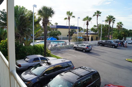 BEST WESTERN Cocoa Beach Hotel & Suites : View of Pool from room