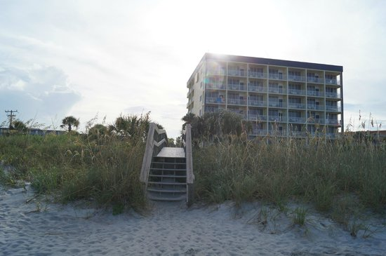 BEST WESTERN Cocoa Beach Hotel & Suites : View of beach tower from the beach