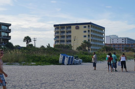 BEST WESTERN Cocoa Beach Hotel & Suites : View of Best Western from Cocoa Beach
